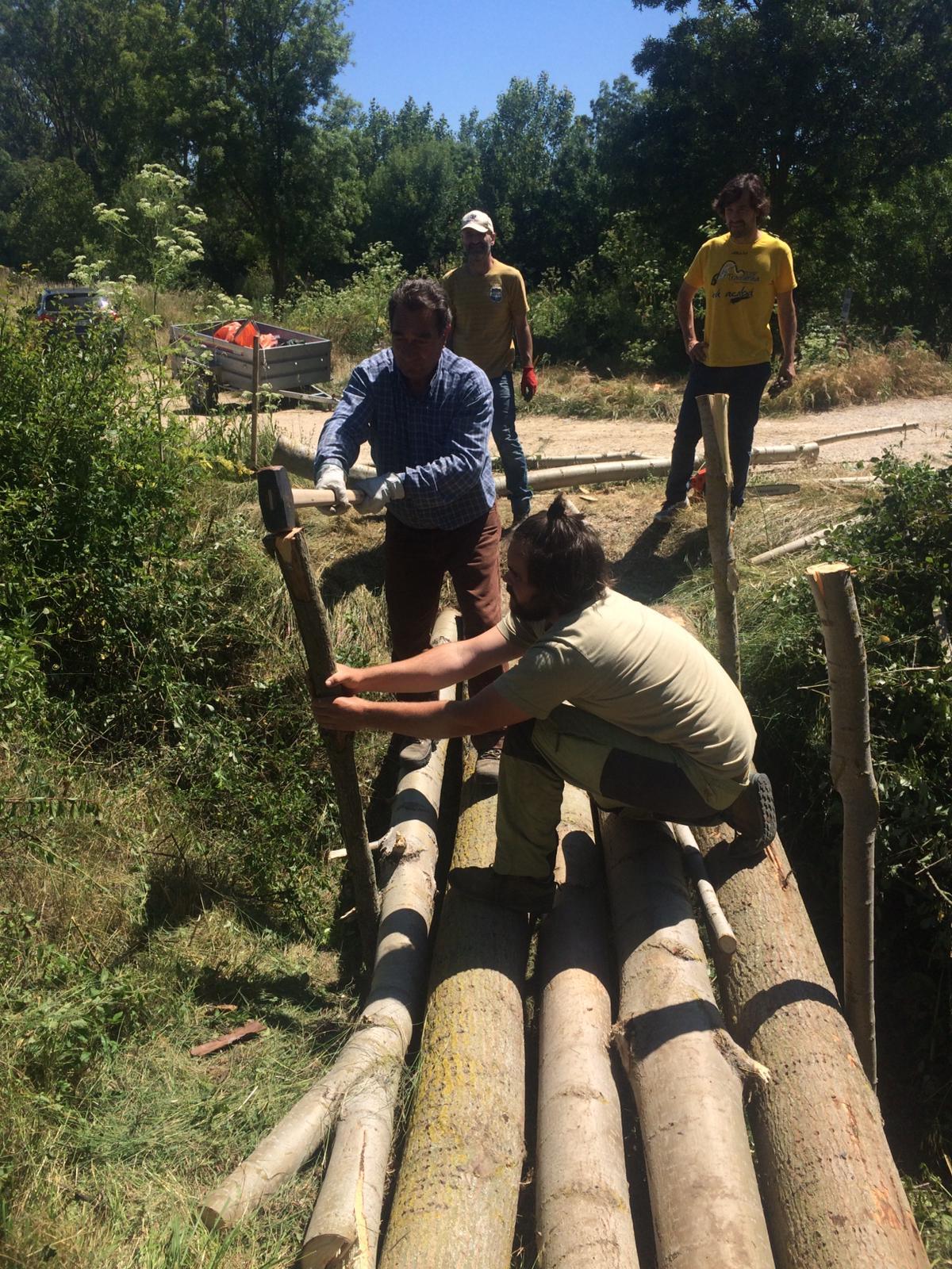 Construcción de un puente por el voluntariado ambiental